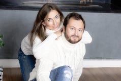 Porträt des Ehemanns und der Frau in den weißen Strickjacken Stockbild