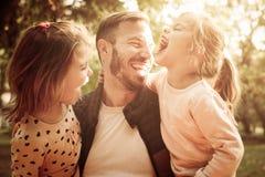 Porträt des einzelnen Vaters mit seiner Tochter im Park lizenzfreie stockfotografie