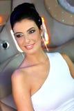 Porträt des eleganten Lächelns der jungen Frau Stockfoto