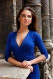 Porträt des eleganten Mädchens in einem blauen Kleid Stockbild
