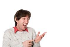 Porträt des emotionalen Mannes zeigt der Seite seine Hände Lizenzfreie Stockfotografie