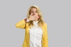 Porträt des entsetzten Frauenbedeckungsmunds Stockbild