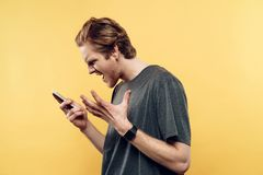 Porträt des enttäuschten Mannes sprechend am Telefon stockfoto