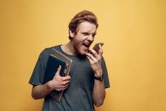 Porträt des enttäuschten verärgerten Mannes spricht am Telefon stockfotos