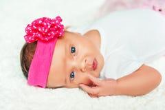 Porträt des entzückenden 1 alten Babys der Woche Stockbilder