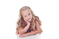 Porträt des entzückenden blonden Mädchens blinzelt an der Kamera Lizenzfreie Stockbilder