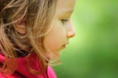 Porträt des entzückenden ernsten kleinen Mädchens im Freien Stockfoto