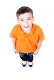 Porträt des entzückenden glücklichen Jungen, der oben schaut. Stockfotografie