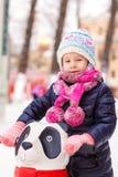 Porträt des entzückenden kleinen Mädchens auf Eisbahn Lizenzfreies Stockbild