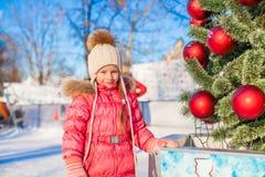 Porträt des entzückenden kleinen Mädchens nahe Weihnachten Stockbild