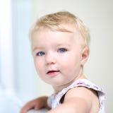 Porträt des entzückenden Kleinkindmädchens zuhause Stockfoto
