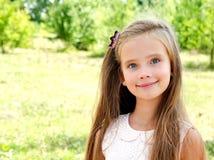 Porträt des entzückenden lächelnden Kindes des kleinen Mädchens draußen Lizenzfreies Stockfoto