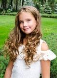 Porträt des entzückenden lächelnden Kindes des kleinen Mädchens draußen Stockfotos
