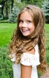 Porträt des entzückenden lächelnden Kindes des kleinen Mädchens draußen Lizenzfreies Stockbild