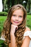 Porträt des entzückenden lächelnden Kindes des kleinen Mädchens draußen Lizenzfreie Stockfotos
