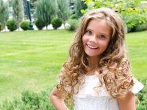 Porträt des entzückenden lächelnden Kindes des kleinen Mädchens draußen Stockbilder