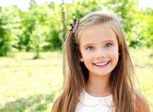 Porträt des entzückenden lächelnden kleinen Mädchens draußen Lizenzfreie Stockfotografie