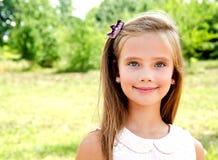 Porträt des entzückenden lächelnden kleinen Mädchens draußen Lizenzfreie Stockfotos