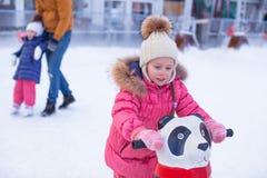 Porträt des entzückenden Mädchens eislaufend auf die Eisbahn Lizenzfreie Stockfotografie