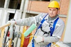 Porträt des Erbauerfassadenmalers bei der Arbeit Lizenzfreies Stockfoto