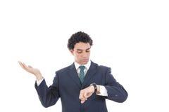Porträt des erfolgreichen Geschäftsmannes, der seine Armbanduhr betrachtet Lizenzfreies Stockbild