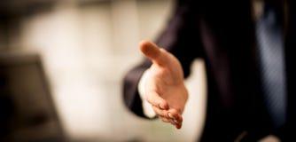Porträt des erfolgreichen Geschäftsmannes helfend, um ein Abkommen zu machen Stockbild