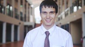 Porträt des erfolgreichen lächelnden hübschen Geschäftsmannes Konzept des Geschäfts, Wirtschaft, Finanzierung, Träume, Zukunft La stock footage