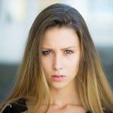Porträt des ernsten hübschen Mädchens Lizenzfreies Stockbild