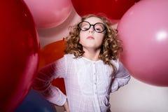 Porträt des ernsten jugendlich Mädchens auf dem Hintergrund des großen Gummis Lizenzfreies Stockbild