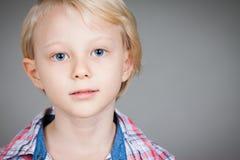 Porträt des ernsten Jungen Stockfotos