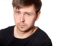 Porträt des ernsten jungen Mannes, Ausfragenausdruck, horizontal Lizenzfreie Stockfotos