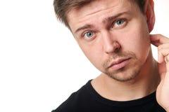 Porträt des ernsten jungen Mannes, Ausfragenausdruck, horizontal Lizenzfreie Stockfotografie