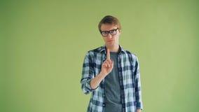 Porträt des ernsten Kerls Kopf rüttelnd und den Finger wellenartig bewegend, der keine Geste zeigt stock video