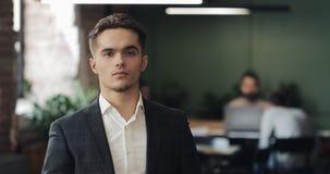Porträt des ernsten männlichen Unternehmers an einem modernen geteilten Arbeitsplatz Geschäft, Finanzierung, Gründer, Erfolgskonz stock video footage