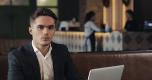 Porträt des ernsten männlichen Unternehmers an einem modernen geteilten Arbeitsplatz Geschäft, Finanzierung, Gründer, Erfolgskonz stock footage