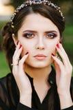 Porträt des erstaunlichen Mädchens die Kamera betrachtend Helles farbiges Glättungsmake-up, Schmuck mit Edelsteinen, Ohrringe Lizenzfreies Stockbild