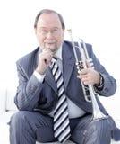 Porträt des erwachsenen männlichen Musikers mit einer Trompete lizenzfreie stockfotos