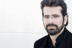 Porträt des erwachsenen Mannes mit Bart und Gläsern lizenzfreie stockbilder