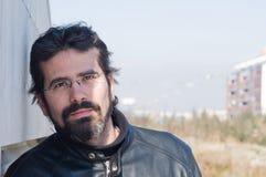 Porträt des erwachsenen Mannes mit Jacke stockbild