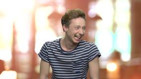 Porträt des extrem emotionalen jugendlich Kerls stock video