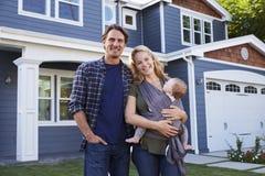 Porträt des Familien-stehenden äußeren Hauses stockfotos