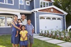 Porträt des Familien-stehenden äußeren Hauses Lizenzfreie Stockfotos