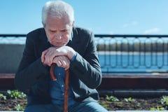 Porträt des fokussierten traurigen Mannes, der sein Leben im Bericht führt lizenzfreie stockfotos