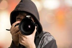 Porträt des Fotografen des jungen Mannes mit Kamera Stockbild