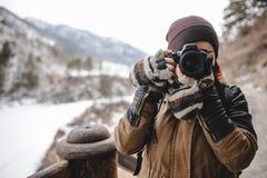 Porträt des Fotografen Fotos mit der Digitalkamera machend im Freien Stockfotografie