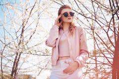 Porträt des Frühlingsmode-Mädchens draußen in blühenden Bäumen Romantische Frau der Schönheit in den Blumen in der Sonnenbrille S lizenzfreie stockfotos
