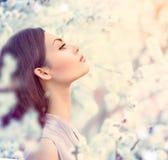 Porträt des Frühlingsmode-Mädchens im Freien Stockfoto