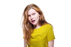 Porträt des fragenden und ernsten jungen Mädchens lokalisiert auf whi Lizenzfreie Stockbilder
