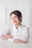 Porträt des Frauenmanagers auf weißem Hintergrund Stockfotografie