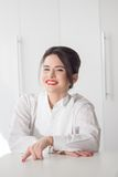Porträt des Frauenmanagers auf weißem Hintergrund Stockbilder